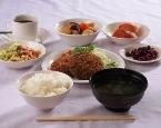 白根中央自動車学校の校内食堂のメニュー例です。メイン料理一品に食べ放題のご飯・副菜がつきます。