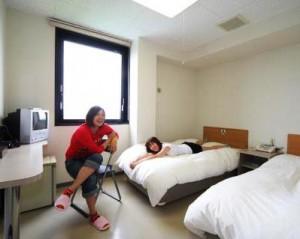 白根中央自動車学校の宿舎、ル・カルフールは徒歩1分の敷地内。全室バス・トイレ付