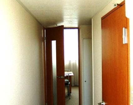 レオパレス玄関から見た室内